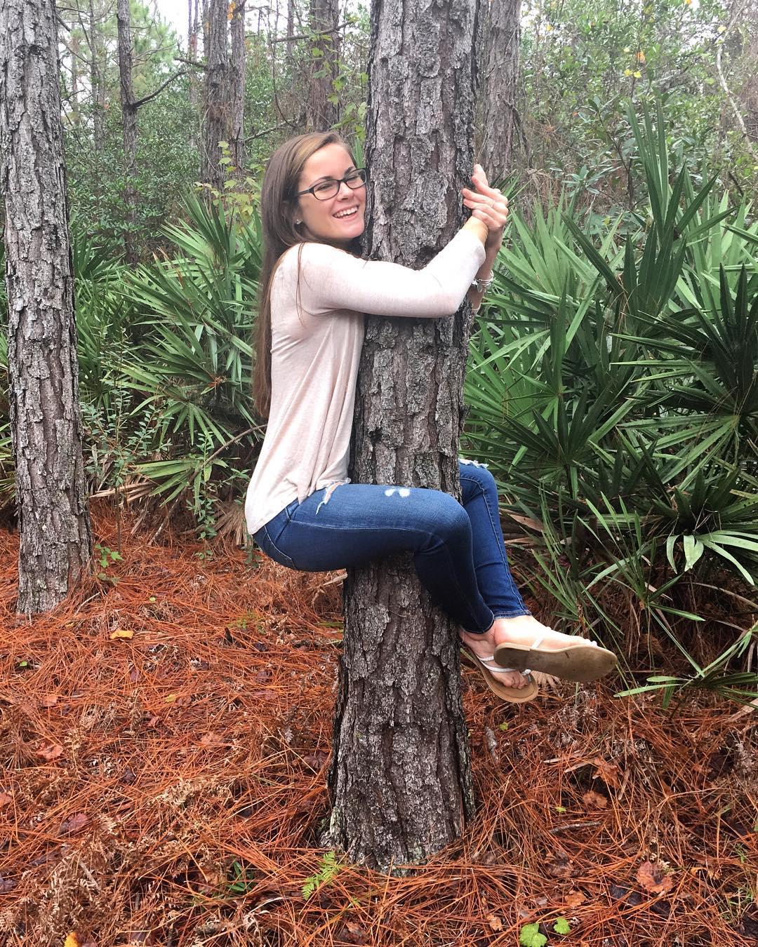 PSBR-La-ragazza-abbraccia-albero-0